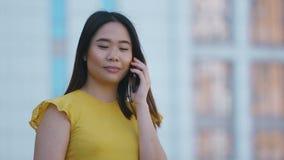 Portret van Aziatische bedrijfsdame die op telefoon spreken stock footage