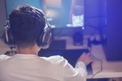 Portret van Aziatische jongens gamer speelspelen op computer in de ruimte thuis stock foto