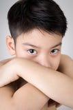 Portret van Aziatische leuke droevig en jongen die zeer teleurgesteld kijken Stock Afbeelding