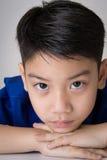 Portret van Aziatische leuke droevig en jongen die zeer teleurgesteld kijken Royalty-vrije Stock Fotografie