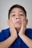 Portret van Aziatische leuke droevig en jongen die zeer teleurgesteld kijken Stock Foto