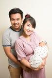 Portret van Aziatische ouders en zes van het babymaanden oud meisje thuis Royalty-vrije Stock Fotografie