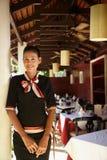 Portret van Aziatische serveerster die in restaurant werkt royalty-vrije stock afbeelding