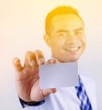 Portret van Aziatische Thaise het bedrijfsmens glimlach en tonen van lege whit Royalty-vrije Stock Foto