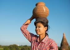 Portret van Aziatische traditionele vrouwelijke landbouwer Royalty-vrije Stock Afbeelding