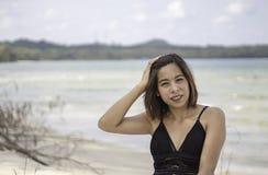 Portret van Aziatische vrouw die een zwempak achtergrondoverzees en een hemel dragen royalty-vrije stock afbeelding