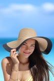 Portret van Aziatische vrouw met strandhoed gelukkig glimlachen stock afbeelding