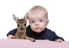 Portret van babyjongen met Damherten Fawn Royalty-vrije Stock Foto