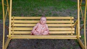 Portret van babymeisje op de schommeling stock footage