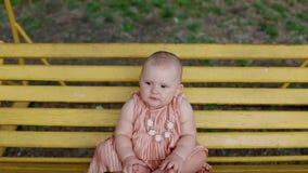 Portret van babymeisje op de schommeling stock video