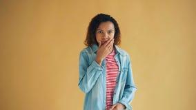 Portret van bang gemaakte Afrikaanse Amerikaanse vrouw die camera met vrees bekijken stock videobeelden