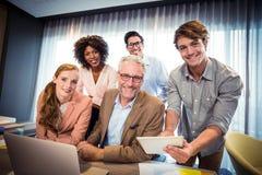 Portret van bedrijfsmensen die terwijl het hebben van bespreking over digitale tablet glimlachen Stock Afbeeldingen