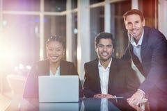 Portret van bedrijfsmensen die in vergadering zitten Stock Foto
