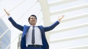 Portret van bedrijfsmensentribune met voelen gelukkig en vrijheid bij Royalty-vrije Stock Afbeelding