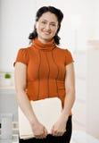 Portret van bedrijfsvrouw in bureau Stock Foto's
