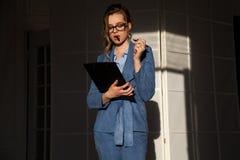 Portret van bedrijfsvrouw in het werkbesprekingen van het pakbureau stock foto