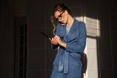 Portret van bedrijfsvrouw in het werkbesprekingen van het pakbureau stock foto's