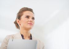 Portret van bedrijfsvrouw met omslag in bureau Royalty-vrije Stock Afbeeldingen