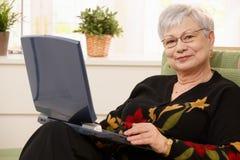 Portret van bejaarde dame met computer royalty-vrije stock afbeelding