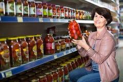 Portret van bejaarde kopen tomaten Stock Afbeeldingen