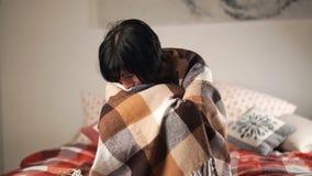 portret van beklemtoond vrouwengevoel scheuren in een vrouwelijk droevig oog stock footage