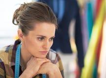 Portret van beklemtoonde kleermakersvrouw op het werk Royalty-vrije Stock Foto's