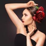 Portret van betoverend donkerbruin meisje over donkere achtergrond met bu Royalty-vrije Stock Foto's