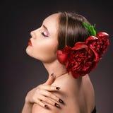 Portret van betoverend donkerbruin meisje over donkere achtergrond met bu Royalty-vrije Stock Foto