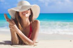 Portret van betoverende langharige vrouw bij strand royalty-vrije stock foto's