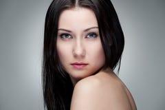 Portret van bevallige jonge vrouw Stock Fotografie