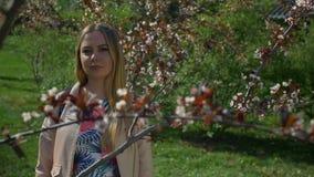 Portret van blije jonge vrouw in de lentepark stock video