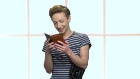 Portret van blije tiener met paspoorten stock video