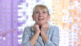 Portret van blije vrouw die geluk uitdrukken stock footage