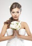 Portret van bloemen van een de jonge donkerbruine bruidholding Royalty-vrije Stock Afbeeldingen