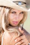 Portret van blond meisje in hoed Stock Afbeelding