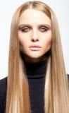 Portret van blond meisje met rokerige ogen Stock Foto's