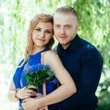 Portret van blonde jong paar tegen natuurlijk Royalty-vrije Stock Fotografie