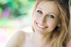 Portret van blonde jonge vrouw Stock Fotografie
