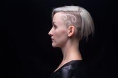 Portret van blonde vrouw met geschoren hoofd royalty-vrije stock fotografie