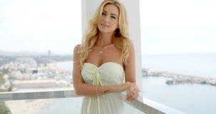 Portret van Blonde Vrouw op Oceaanfront balcony stock video