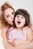Portret van blondemamma en snoepje weinig dochter in roze kleding stock foto's