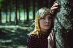 Portret van blondevrouw in de zomerkleding stock foto's