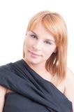 Portret van blondevrouw die zwarte kleding dragen Stock Afbeeldingen