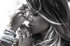 Portret van blondevrouw met juwelen Stock Afbeeldingen
