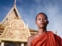 Portret van boeddhistische monnik dichtbij tempel, Kambodja Stock Foto