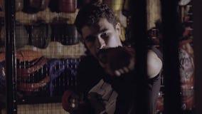 Portret van bokser die stempels uitwerken stock video