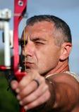 Portret van boogschutter die met boog en pijl streeft Stock Foto