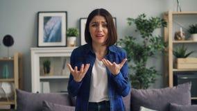 Portret van boos meisje die camera, het schreeuwen en het klappen wapens met woede bekijken stock footage
