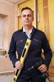 Portret van Bouwer With Spirit Level en Elektrische Boor royalty-vrije stock fotografie