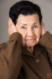 Portret van boze oude vrouwengrootmoeder Stock Foto's